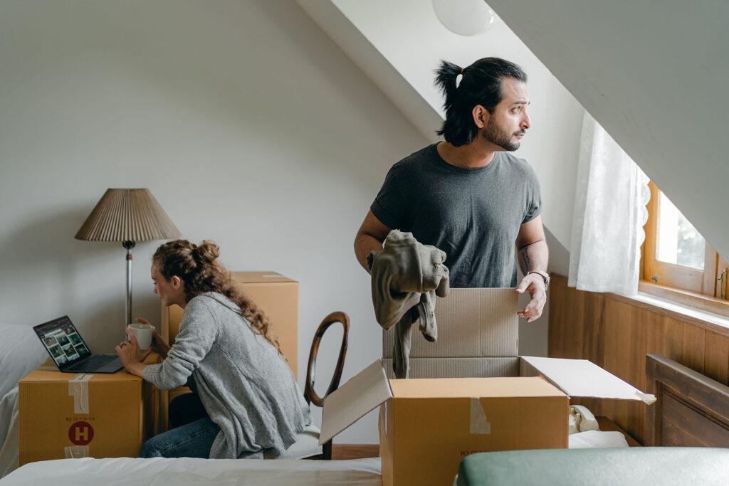Ein Paar richtet seine gemeinsame Wohnung an.