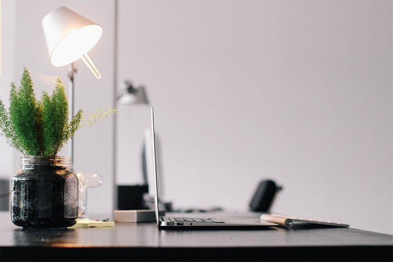 Laptop steht auf einem aufgeräumten Schreibtisch