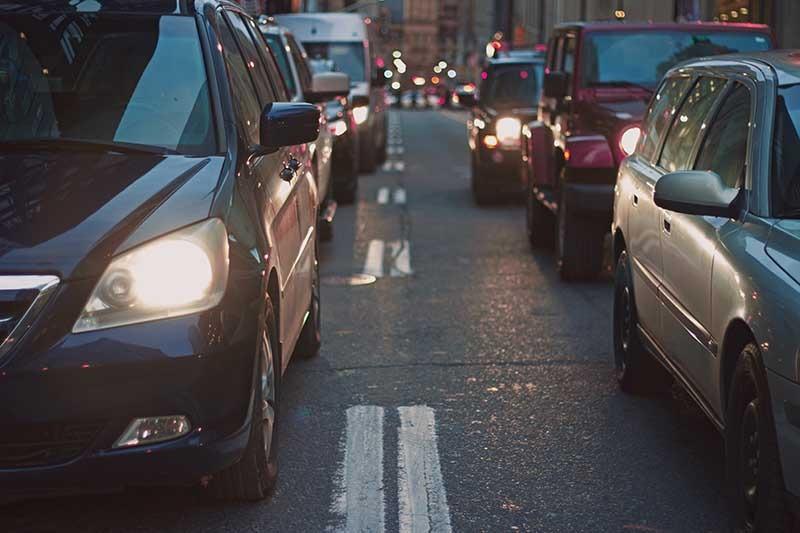 Autos Auf Einer Straße, Wie Viel Kostet Mein Auto Im Monat?