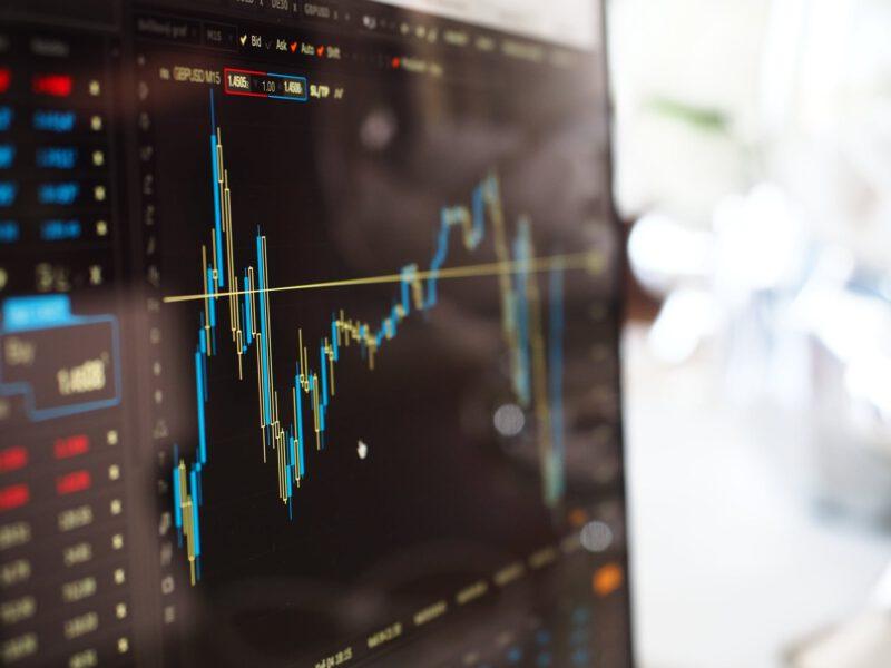 """Börsenkurs eines ETFs. ETFs bilden einen Börsenindex ab, man investiert mit ihnen also sprichwörtlich """"in den Markt""""."""