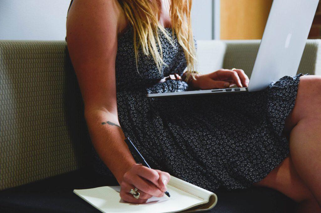 Eine Frau sitzt am Laptop und definiert Ziele mit der SMART-Methode