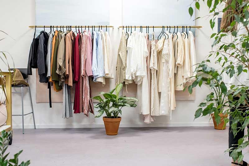 Kleider Auf Einer Kleiderstrande, Symbolbild Für Diversifikation